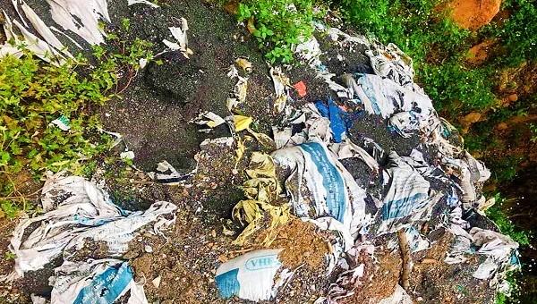 Hiện trường các bao chất thải được chôn lấp trong khuôn viên của Công ty Phi Long