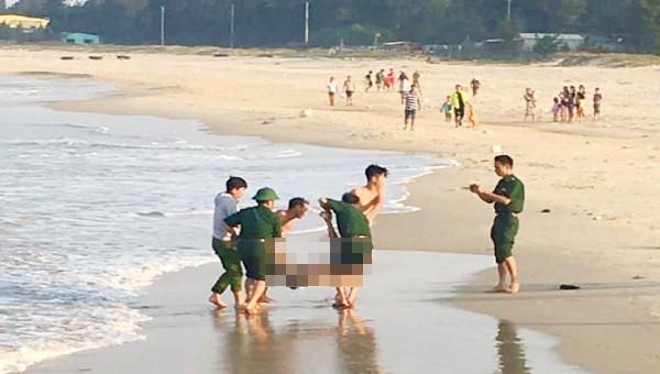 Lực lượng chức năng đưa thi thể nạn nhân vào bờ (ảnh: CTV)