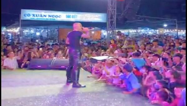 Bấp chấp khuyến cáo tụ tập đông người của tỉnh ban hành, cả ngàn người vẫn tập trung theo dõi biểu diễn ca nhạc (ảnh cắt từ video)