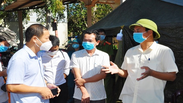 Chủ tịch UBND tỉnh Quảng Trị Võ Văn Hưng (ngoài cùng ở bên phải ảnh) đến kiểm tra và thăm hỏi tình hình tại các khu vực bị phong tỏa tạm thời