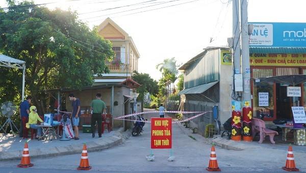 Lực lượng chức năng phong tỏa nơi cư trú của bệnh nhân số 833
