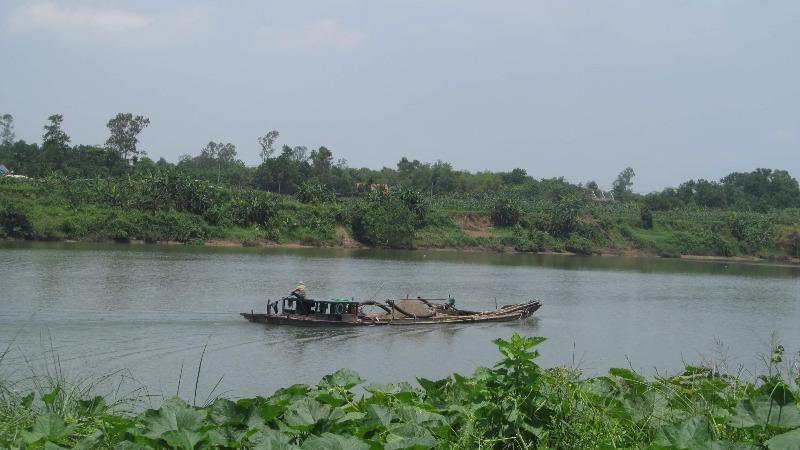 Một tàu hút cát trên sông Thạch Hãn, đoạn qua xã Hải Lệ.