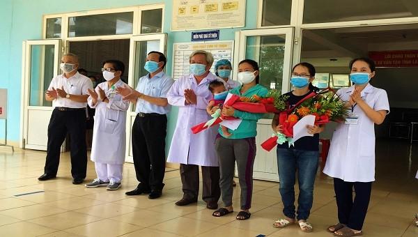 Lãnh đạo Sở Y tế Quảng Trị cùng lãnh đạo Bệnh viện Chuyên khoa Lao và bệnh Phổi tặng hoa chúc mừng 2 bệnh nhân nhiễm Covid-19 được xuất viện