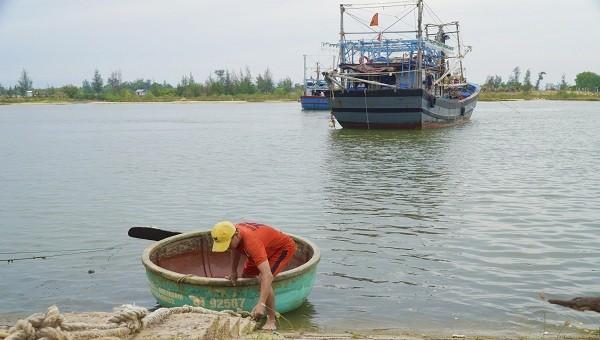 Bà con ngư dân Quảng Trị đưa tàu vào nơi neo đậu an toàn để tránh bão số 5.
