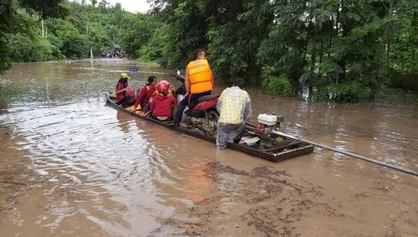 Lực lượng chức năng giúp đỡ người dân qua lại bằng đò để đảm bảo giao thông thông suốt ở huyện Hướng Hóa.