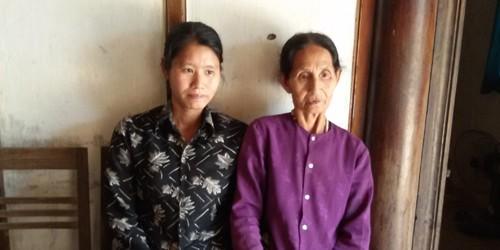 Chị Nguyễn Thị Minh (bên trái) và mẹ của mình