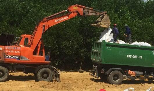 """""""Cất bốc"""" 300 tấn bùn thải của Formosa đi nơi khác"""