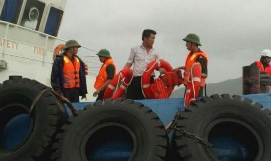 Bộ đội Biên phòng hỗ trợ tàu cá gặp nạn trên biển (ảnh minh họa)