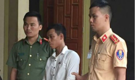 Lực lượng chức năng dẫn giải Nguyễn Văn An.