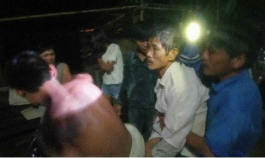 Hàng chục trai làng lao theo dòng nước cứu một người bị lũ cuốn