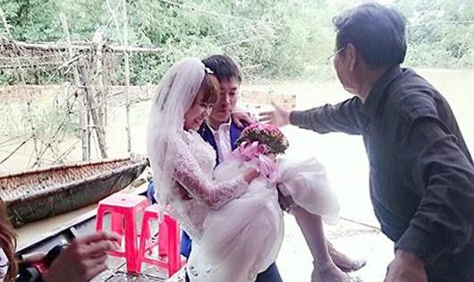Hình ảnh chú rể đón cô dâu trên nước lũ 'đốn tim' cư dân mạng