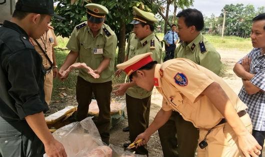 """Hà Tĩnh: Bắt giữ xe tải  chở 5,5 tấn """"thịt thối"""""""