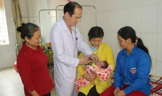 Mẹ con sản phụ được chảm sóc tại bệnh viện