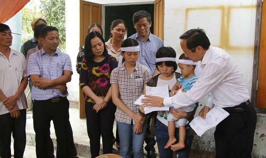 Đại diện tỉnh Hà Tĩnh trao quà cho em Sáng