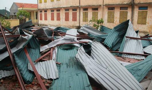 Mưa bão khiến 1 trường học tốc mái