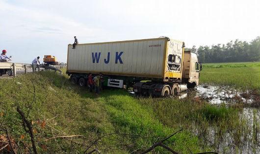 """Sau khi nổ lốp chiếc xe tải """"lội ruộng"""""""