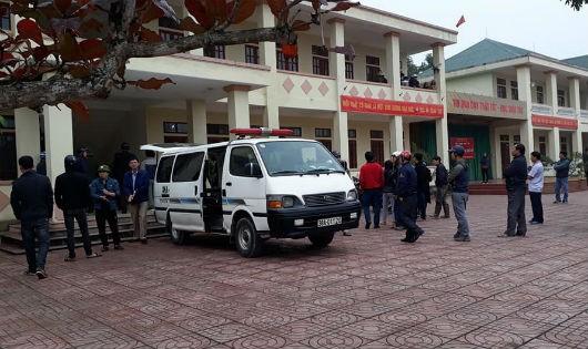 Rất đông người dân, học sinh tập trung tại Trường THCS Lâm Tân theo dõi sự việc.