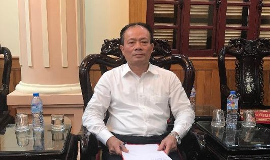 Ông Lại Thanh Sơn - Phó Chủ tịch UBND tỉnh Bắc Giang trao đổi thông tin với phóng viên