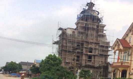 """Biệt thự """"đồ sộ"""" của gia đình ông Ban được xây dựng rất sát với hành lang đê Hữu Cầu"""