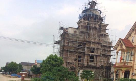 """Biệt thự """"đồ sộ"""" của ông Nguyễn Đình Ban, Giám đốc Công ty Hưng Tín có dấu hiệu nhiều sai phạm lớn"""
