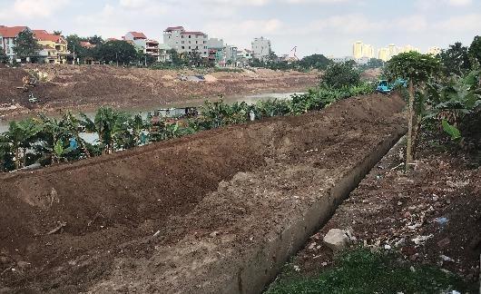 Máy múc đào bới đất màu đẹp ở lớp dưới dọc hành lang lưu không bờ kênh Bắc Hưng Hải thuộc xã Kim Lan, huyện Gia Lâm, Hà Nội