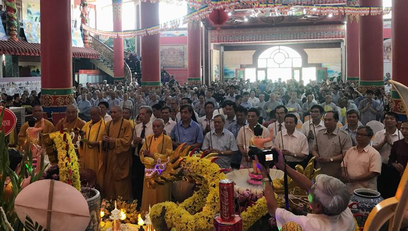 Dâng hương tại buổi lễ