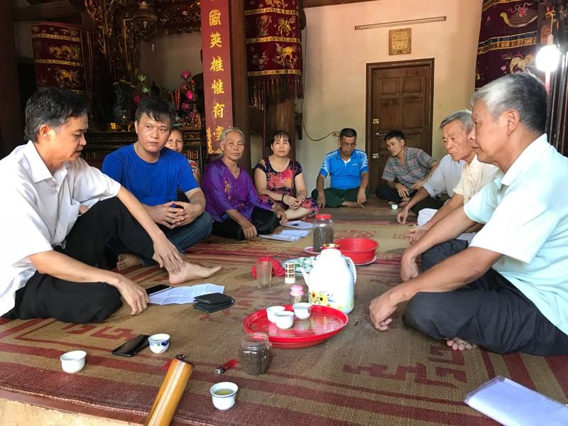 Người dân ở xã An Khánh phản ánh sự việc với phóng viên