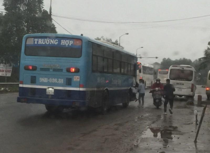 Nhà xe Trường Hợp bắt khách dọc đường gây mất an toàn cho người tham gia giao thông