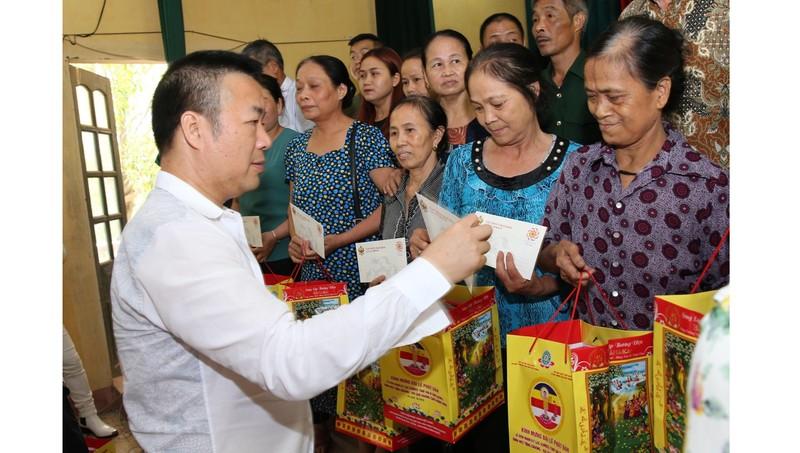 Doanh nhân Mẫn Ngọc Anh tặng quà cho các gia đình chính sách, người có công với cách mạng