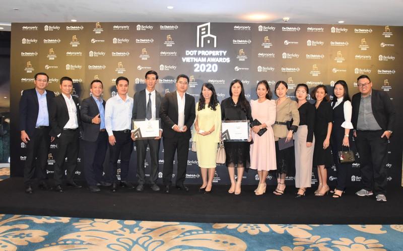 Bà Lê Thị Bích Ngọc – Phó Tổng Giám đốc Công ty Him Lam Land và Ông Vũ Trọng Khánh – Giám đốc thiết kế dự án Him Lam Vạn Phúc, cùng tập thể CBNV chụp hình kỷ niệm.