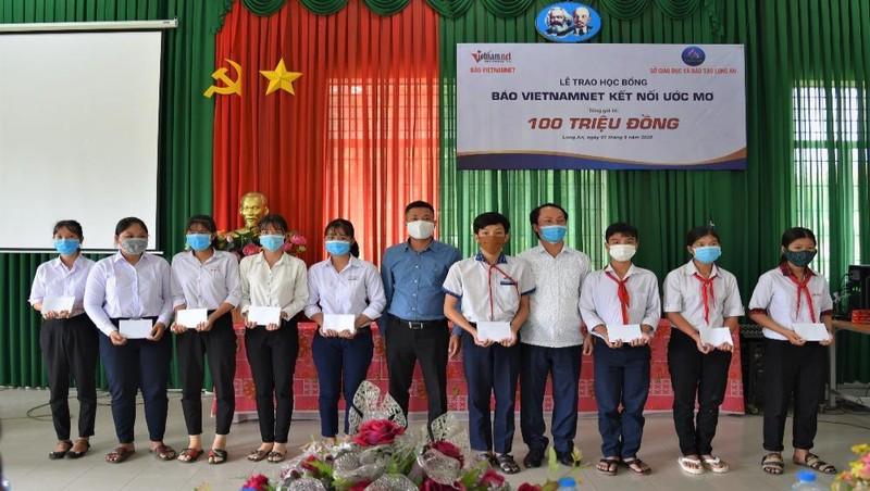 Ông Nguyễn Huy Thiêm - Đại diện Him Lam Land và đại điện đơn vị tổ chức trao quà cho các em học sinh nghèo vượt khó