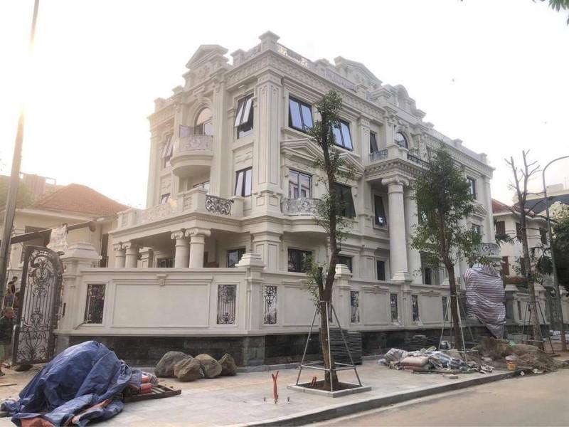 Công trình này được cho là của một Đại tá rất nhiều tiền đang xây dựng lâu đài phá vỡ quy hoạch chung tại khu biệt thự 5,2ha