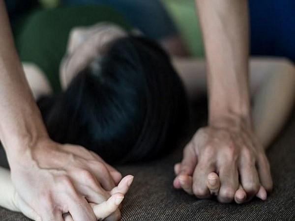 Sau câu 'đi đâu cũng được', bé 12 tuổi bị bạn trai hiếp trong nhà nghỉ đến mức nhập viện