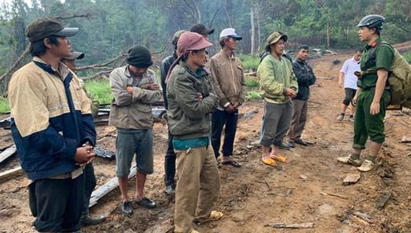 Tạm giữ 10 đối tượng tại hiện trường vụ phá rừng giáp ranh với tỉnh Khánh Hòa