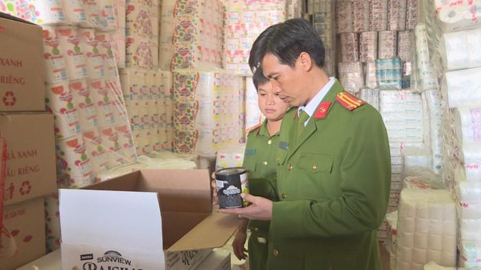 Công an kiểm tra hàng hóa   tại hộ kinh doanh Lê Văn Kiệt