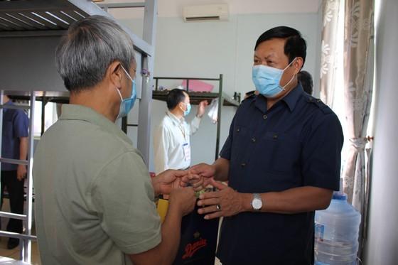 Thứ Trưởng Đỗ Xuân Tuyên thăm hỏi, động viên, tặng quà cho những người được cách ly tại TP. Buôn Ma Thuột.