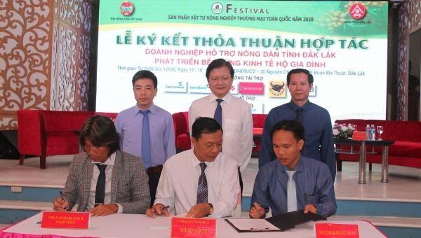 Đại diện các công ty và Hội Nông dân tỉnh Đắk Lắk ký kết hợp tác tiêu thụ nông sản. Ảnh Minh Lan.