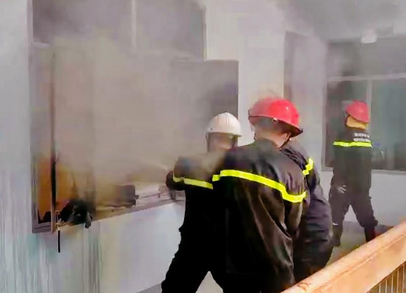 Lực lượng chức năng đang nỗ lực cứu hỏa.