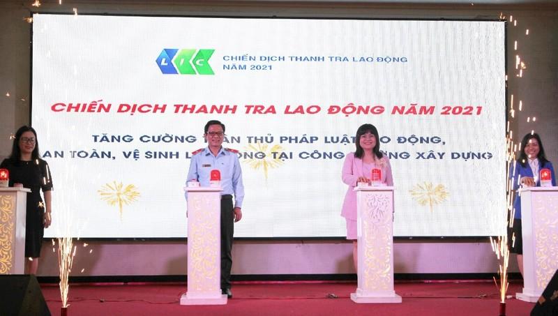 Các đại biểu bấm nút phát động chiến dịch thanh tra lao động năm 2021.