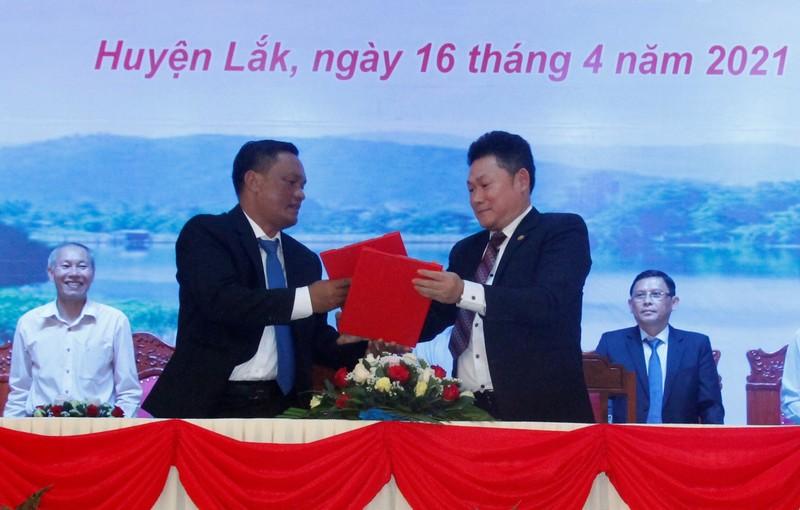 Lãnh đạo Huyện Lắk trao Giấy Chứng nhận đầu tư cho doanh nghiệp.