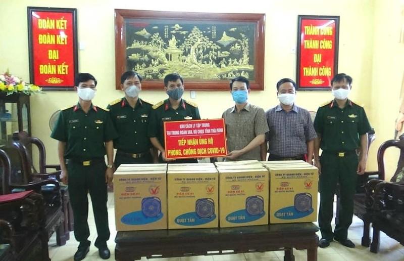 UBMT Tổ quốc tỉnh Thái Bình trao tặng 198 quạt cá nhân cho người cách ly và lực lượng y tế tại Trung đoàn 568