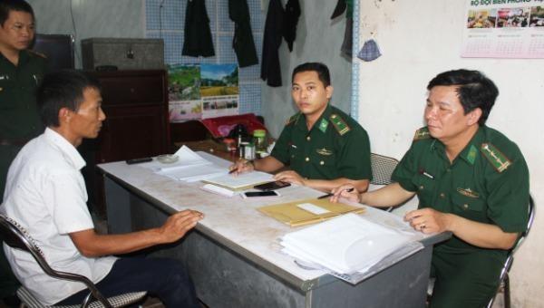 Các trinh sát tiến hành lấy lời khai đối với Nguyễn Văn Dương.