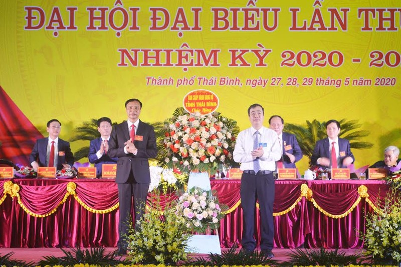 Ông Ngô Đông Hải, Ủy viên dự khuyết Trung ương Đảng, Phó Bí thư Thường trực Tỉnh ủy Thái Bình tặng hoa chúc mừng Đại hội Đại biểu Đảng bộ TP Thái Bình, nhiệm kỳ 2020-2025.