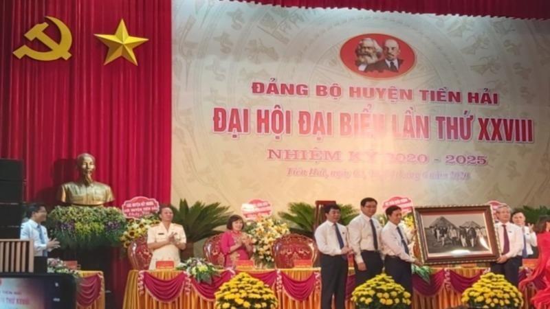 Đồng chí Trần Quốc Vượng, Ủy viên Bộ Chính trị, Thường trực Ban Bí thư về dự và chúc mừng Đại hội Đại biểu Đảng bộ huyện Tiền Hải, tỉnh Thái Bình lần thứ XXVIII, nhiệm kỳ 2020-2025.