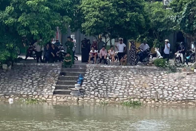 Người dân hiếu kỳ tập trung bên bờ sông theo dõi quá trình cơ quan chức năng tiến hành tìm kiếm nạn nhân.