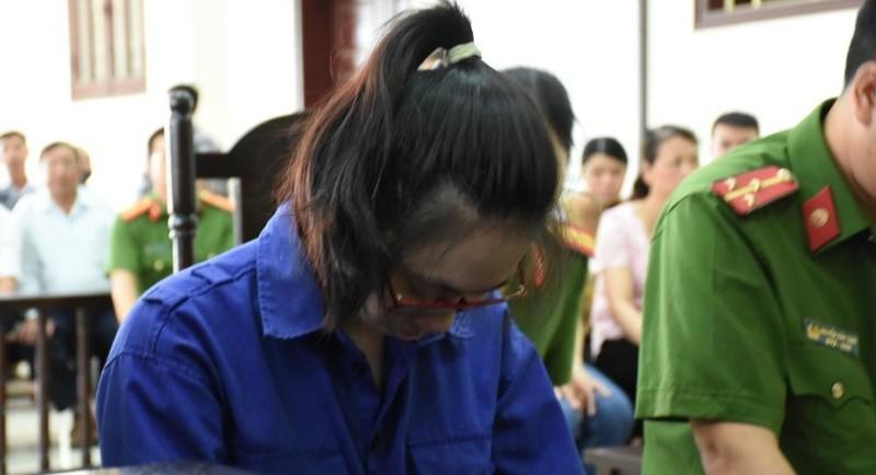 Trong suốt phiên xét xử, bị cáo Lại Thị Kiều Trang liên tục cúi gằm mặt xuống đất, thừa nhận mọi hành vi phạm tội.
