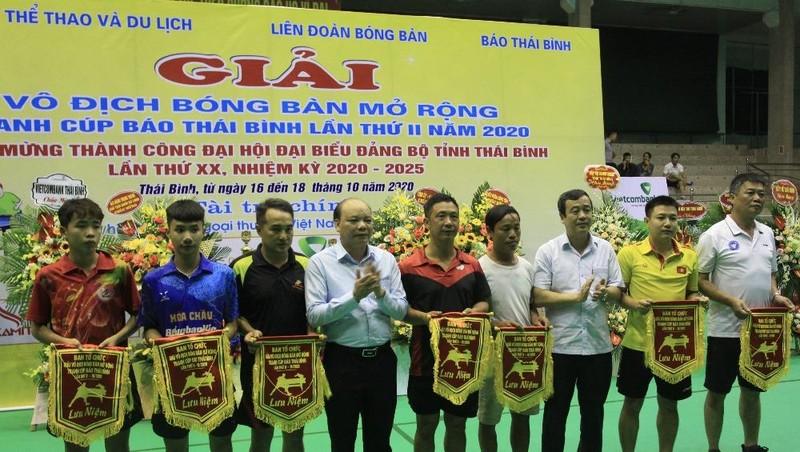 Lãnh đạo tỉnh Thái Bình tặng hoa, cờ lưu niệm cho đại diện các đội tham dự giải.