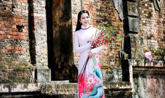 Hoa hậu Dương Kim Ánh mặc duyên dáng trong tà áo dài