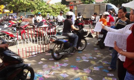 Người phát tờ rơi làm ảnh hưởng đến mỹ quan đô thị có thể bị xử phạt từ 200 đến 500 nghìn đồng