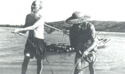 Ảnh tư liệu Bác Hồ tham gia kéo lưới với ngư dân làng chài Sầm Sơn Thanh Hoá